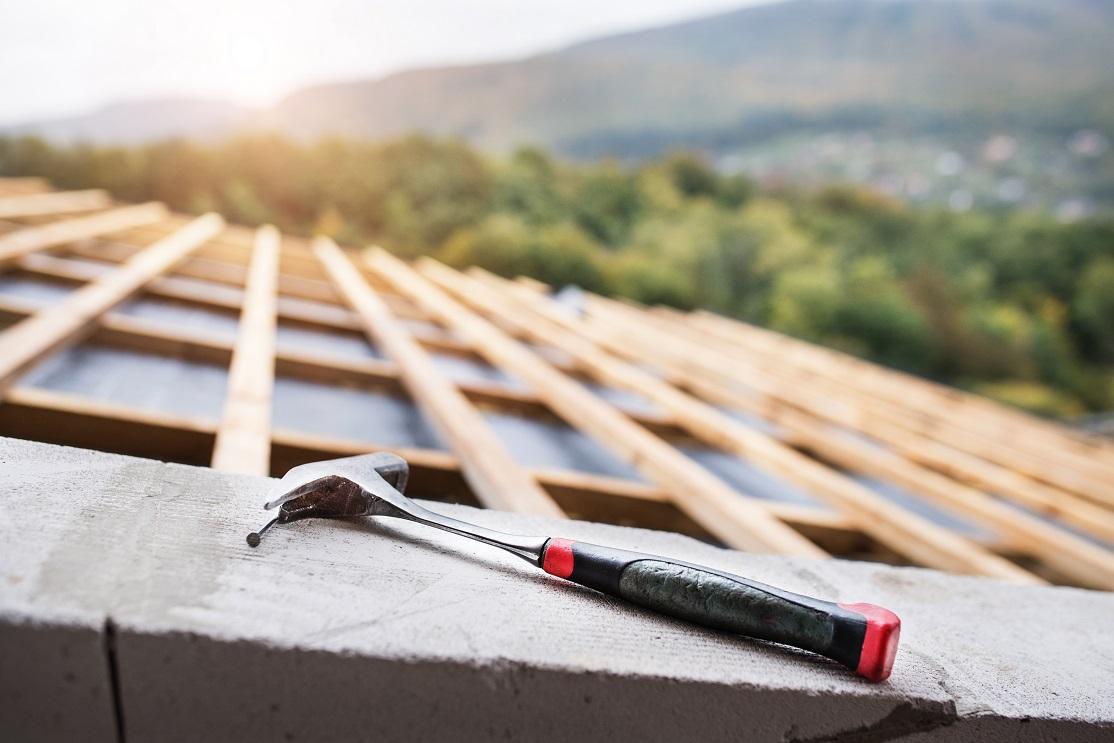 Wszystko, co musisz wiedzieć o kładzeniu dachu