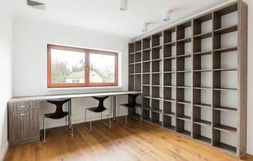 Regały – nieodłączny element każdego biura