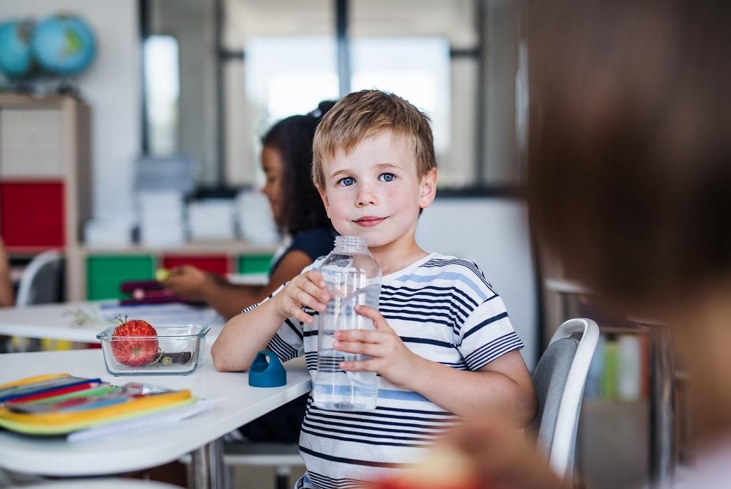 Jak wybrać najlepszą ofertę na wodę do szkoły