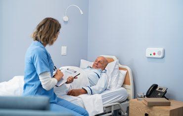 Opieka nad osobą leżącą – jakie wyroby chłonne wybrać